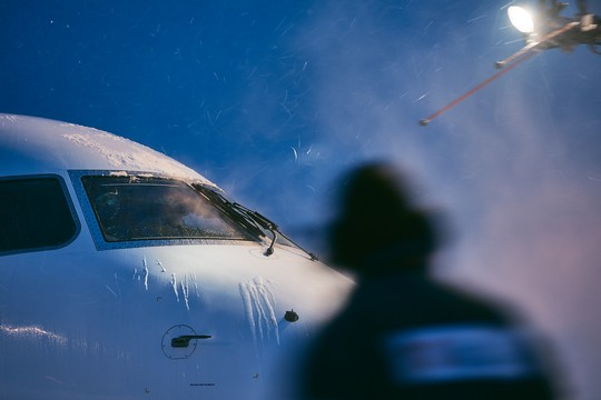 Training ground handling staff on safety during de-icing of aircraft